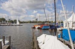 Jachtu Klub na jeziorze w centrum miasta obraz royalty free