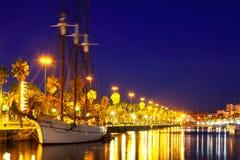 Jachtu lying on the beach przy Portowym Vell. Barcelona Obraz Stock