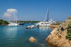 Jachtu marina przy Porto Cervo zatoką Obrazy Royalty Free
