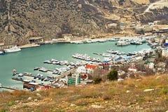 Jachtu marina w Crimea, dokąd wiele różnorodni jachty i statki lokalizują obraz stock