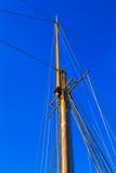 Jachtu maszt przeciw błękitnemu lata niebu Fotografia Royalty Free