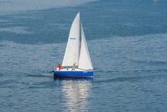 Jachtu omijanie obracać boja w żeglowanie rasie zdjęcia stock