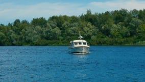 Jachtu pławik przy rzeką zbiory wideo