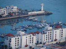 Jachtu port i biała lokalowa nieruchomość przy podróży AGADIR miastem w MAROKO Obraz Stock
