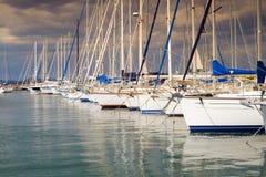 Jachtu s święty Tropez przy zmierzchem Obrazy Royalty Free
