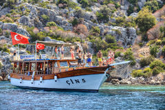 Jachtu wakacje na Śródziemnomorskim, wiele turystów stojak na pokładu boa Zdjęcie Royalty Free