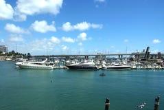 Jachty, łodzie i statki na błękitne wody w usa, Obrazy Stock
