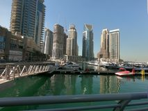 Jachty, łodzie parkować w Dubaj Marina z widokiem Dubaj Marina linia horyzontu zdjęcie stock