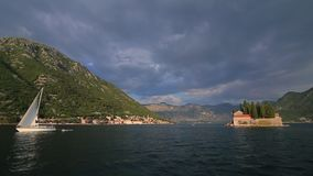Jachty, łodzie, statki w zatoce Kotor, Adriatycki morze, Montenegro zbiory