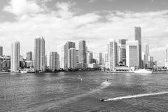 Jachty żeglują na morzu miasto drapacze chmur w Miami, usa obraz stock