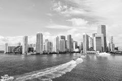 Jachty żeglują na wodzie morskiej miasto Miami, usa obrazy stock