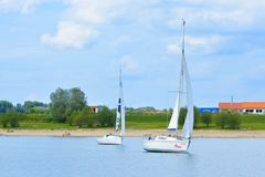Jachty żegluje przy lokalnym rekreacyjnego terenu pensinsual morzem dzwonili Kollersee obrazy stock