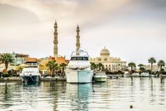 Jachty berthed przy portem Hurghada, Hurghada Marina przy półmrokiem fotografia stock