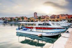 Jachty berthed przy portem Hurghada, Hurghada Marina przy półmrokiem Zdjęcie Stock