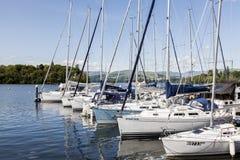 Jachty cumowali przy Boweness na Windermere, Jeziorny Windermere Fotografia Stock