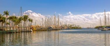 Jachty dokuj?cy w porcie przy s?onecznym dniem miami Floryda USA obrazy royalty free