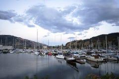 Jachty i łodzie cumowali przy molami w zatoce Kolumbia rzeka zdjęcie stock
