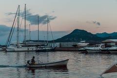 Jachty i łodzie na molu zdjęcie stock