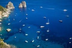 Jachty i łodzie na morzu blisko Capri wyspy, Włochy Obrazy Stock