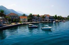 Jachty i łodzie rybackie, zatoka Kotor, Tivat, Seljanovo, Monten zdjęcia royalty free