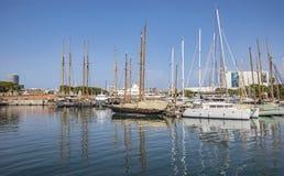 Jachty i żaglówki cumowali w Portowym Vell Barcelona Zdjęcie Royalty Free