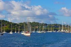 Jachty i catamarans zbliżają St Tomasowską wyspę, USVI Obrazy Royalty Free