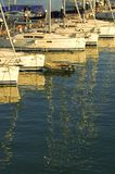 Jachty i odbicia w schronieniu przy zmierzchem obrazy royalty free