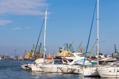 Jachty i przyjemności łodzie są w porcie Varna Fotografia Royalty Free
