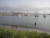 Jachty i statki w porcie Mindelo, przylądek Verde Zdjęcie Stock