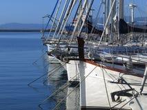 Jachty kłama przy dokiem Fotografia Royalty Free
