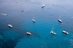 Jachty na morzu przy Capri wyspą Obraz Stock