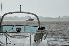 Jachty na rzece w ulewnym deszczu Zdjęcie Stock