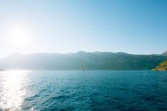 Jachty, łodzie, statki w zatoce Kotor Obrazy Stock
