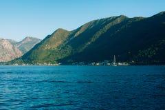Jachty, łodzie, statki w zatoce Kotor Zdjęcia Stock