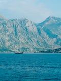Jachty, łodzie, statki w zatoce Kotor Fotografia Stock