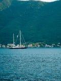 Jachty, łodzie, statki w zatoce Kotor Obraz Stock
