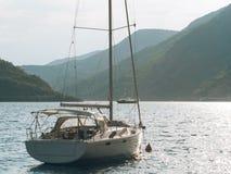 Jachty, łodzie, statki w zatoce Kotor Fotografia Royalty Free