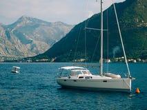 Jachty, łodzie, statki w zatoce Kotor Zdjęcie Royalty Free