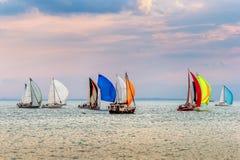 Jachty przy żeglowanie rywalizacją na Jeziornym Genewa przy zmierzchem na pięknym letnim dniu Zdjęcia Royalty Free