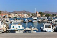 Jachty przy Aegina wyspą - Grecja Zdjęcia Royalty Free