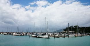 Jachty przy wyspą Zdjęcia Royalty Free