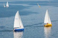 Jachty w żeglowaniu ścigają się na Dnepr rzece Obraz Stock