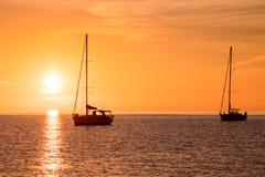 Jachty w morzu przy zmierzchem Zdjęcia Royalty Free