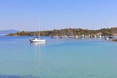 Jachty w Ormos Panagias Marina Zdjęcie Stock