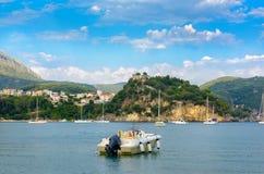 Jachty w schronieniu blisko miasteczka, Grecja Obrazy Stock