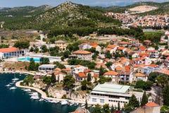 Jachty w schronieniu i czerwoni dachy domy, stary śródziemnomorski miasteczko Obraz Royalty Free