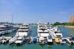 Jachty w schronieniu przy Hongkong złotem suną hotel Zdjęcie Stock