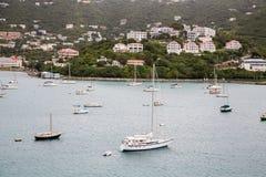 Jachty w zatoce Pod Tropikalnymi kurortami Fotografia Royalty Free