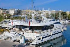 Jachty zakotwiczali w Portowym Pierre Canto w Cannes fotografia stock