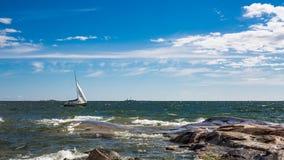 Jachtzeilboot die in Oostzee varen Royalty-vrije Stock Foto's